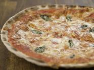 たっぷりのチーズがかかった定番ピザ『マルゲリータ』