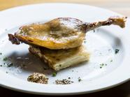 皮はパリッと、身は柔らか。フランスの伝統料理『鴨モモ肉のコンフィ』