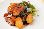 沖縄のブランド豚「やんばる豚」のバラ肉を使用。トロトロになるまで柔らかく蒸された皮付き豚バラ肉をいったん冷やし固めて、テリーヌ状にしたものに衣をつけて揚げてあります。他ではなかなかない逸品です。