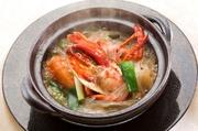 オマール海老と春雨を土鍋でアツアツに煮込みました。春雨がスープとオマール海老の旨味を吸って絶品の仕上がりです。