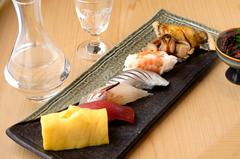 その時期の旬の魚を使って丁寧に握った自慢のお鮨はもちろんお造りや焼物、椀物までご堪能いただけます。