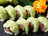 出てきた瞬間、わさびたっぷりの見た目に驚く、インパクトのあるお寿司『わさび巻き』