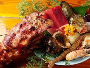 他店ではなかなか出合えない新鮮で希少な魚介をたっぷり盛り合せた『コブセミエビと鮮魚のお造り』