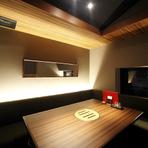 4~6人規模の個室を4部屋完備。そのうち1部屋は、L字型のソファが印象的なVIPルーム・通称『梵の部屋』。いつもと違った雰囲気で食事が楽しめる人気の部屋です。
