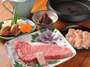 仙台ではなかなかお目にかかることの少ないという、味噌仕立てのすき焼き鍋。「漢方和牛」のサーロインとモツを野菜と共にいただく贅沢なひと品です。