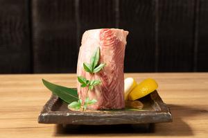 特製ポン酢で味わう『本日の和牛タタキ』は「ザブトン」「トモサンカク」等の特選部位を日替わりでご提供。