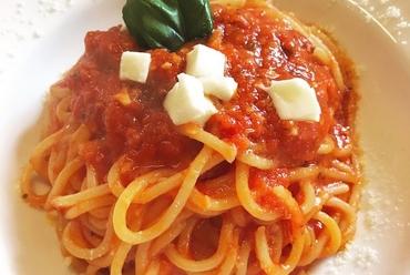 お皿からはみ出しそうな豪快さ。旬の素材の旨みが凝縮した『大海老のトマトクリームパスタ』