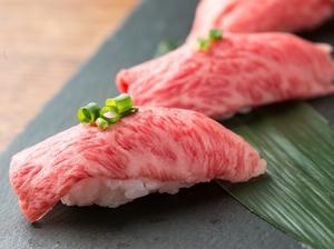 【希少価値高】A5ランク黒毛和牛,マル(モモ肉)の炙り寿司2貫980円。口の中でとろける食感が魅力です。