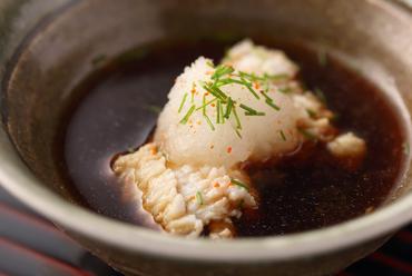 明石産の新鮮なマアナゴを使用。プリプリとした食感を楽しむ『伝助穴子 湯引き』