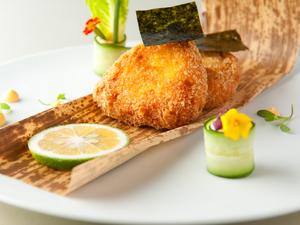 """タラバ蟹をふんだんに使った贅沢な逸品『""""おにぎり""""クラブケーキ』"""