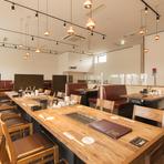 宴会やパーティーなどは、最大40名まで利用できる2階席が便利です。シンプルで広々とした空間で、仲間と心ゆくまでおいしい焼き肉を堪能できます。