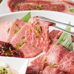 一見同じような牛肉でも、ひとつ一つに個性があり、味わいも違います。サシの入り具合、色合い、脂身の量などが異なり、その肉を少しでもおいしく食べていただけるようにするのが、料理人の技術なのです。