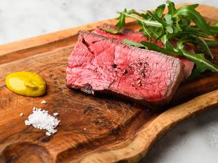 50日間熟成させた鹿児島産黒毛和牛A4肉をステーキで