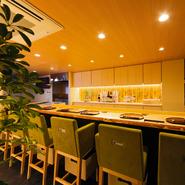 【幹】はその名の通り、木を基調にした内装で落ち着いた雰囲気のお店です。割烹料理店でありながら、肩ひじ張らずカジュアルに利用できるのが魅力。スタッフの掛け声が店内に響き、活気にあふれています。