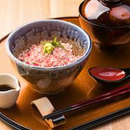 北海道の十勝牛を使用。牛の旨みと自家製甘ダレ、そして御飯が舌の上で三重奏を奏で、とろける味わいの至高の一皿です。
