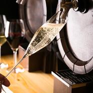 グラスに注いだ瞬間、初めてワインが空気と光に触れる樽生ワイン。はじけるフレッシュ感が絶品です。