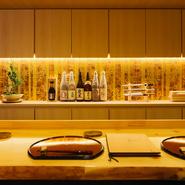 厨房の距離が近く、スタッフとの会話も楽しめるカウンター席で、肩ひじ張らないくつろぎのひとときを。