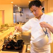 割烹の堅苦しいイメージを払拭できるよう、スタッフの声掛けで活気ある雰囲気を演出。カウンターはお客様との距離が近いので、料理を見ていただいたり、好みの食材についてお話をすることもあります。