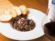 黒毛和牛のすじ肉を赤ワインでじっくり時間をかけて煮込み作った一品。口に入れた瞬間にほどけるようにとろける牛すじは、一度食べたら忘れられなくなる味。女性のお客様に人気のメニューです。