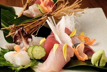釣り漁で捕れた魚を贅沢に『お刺身二人前盛合わせ』