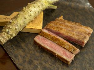 肉と脂の旨さが極まる! 『特選和牛A5サーロインステーキ』 100g 3500円、150g 5000円