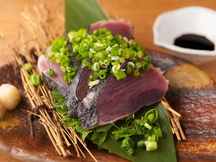 漁師が釣りたてを自ら焼き上げる『<高知県>藁焼きかつお』