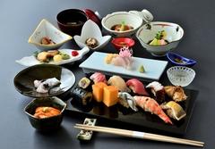 こだわりの赤酢のシャリで握る本格江戸前鮨と、季節の和食を織り混ぜ、新しいスタイルでご提供する鮨会席。
