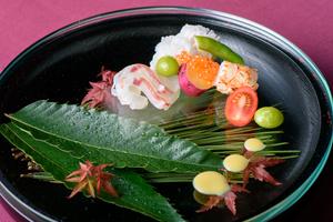 器を彩る装飾が季節の移ろいを知らせてくれる、前菜『季節の旬の味覚』