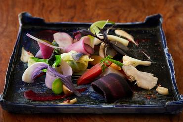 四季折々の地野菜の甘みを味わう彩り豊かなプレート『京都地野菜の盛り合わせ ビーツのエッセンス』