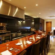 「調理中の香りや音も料理の一部」という想いのもと、オープンキッチンで皿数が多いコースをご提供しています。目の前で一皿一皿が仕上がる光景も、楽しみの一つ。忙しい日常を忘れ、ゆったりとくつろげます。