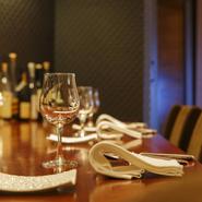 ゆったりできるカウンター席は、デートにもぴったりの空間。横並びで、シェフの料理を間近にしながら、楽しい時と季節の味覚を満喫できます。ランチ、ディナーともに、落ち着いて食事を楽しめるメニュー構成です。