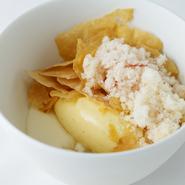 クリームチーズのムースりんごのソテーりんごのシャーベットと白味噌とバニラのジェラート