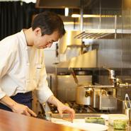 調理の様子をご覧いただけるオープンキッチンのカウンター席がメインとなり、調理の香りや音、料理の色彩と味わいを存分に楽しめます。コースの皿数が多く、ゆったりした食事時間を満喫できるのも持ち味です。