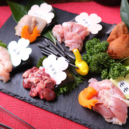 「七谷地鶏の鉄板鶏焼盛り合わせ1500円」と「七谷地鶏の地鶏鍋2500円」をセットでお得に!