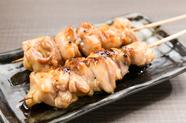 見てびっくりなボリューム。口中に溢れる肉汁で幸せなひとときが味わえる、大満足な串『ひなもも串 2本』
