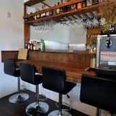 落ち着いた雰囲気のカウンター席でオシャレに一人酒