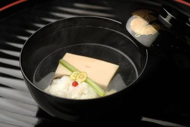 料理人が一手間かけた「胡麻豆腐」と「牡丹鱧」の香りを楽しむ。温もり溢れたやさしい味わい『お椀』