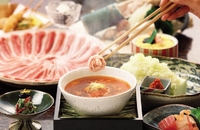 昆布と鰹で引く一番出汁から始まり、秘伝の返しなどを加え5段階の工程を経て抽出される琥珀色のつゆ。「京都ポーク」のバラ肉をさっとくぐらせて「ちりり」となったら完成です。