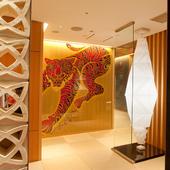 【ちりり六本木店】のシンボル、赤虎が出迎えるエントランス