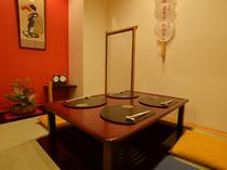 祇園らしく、舞妓さんのうちわが飾られた掘りごたつ個室