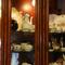 1階にはヨーロッパ陶器や調度品のアンティークショップを併設