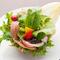 1.旬の食材がふんだんにつかわれた『生ハムと季節のフルーツサラダ』