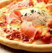 温玉と生ハムのピザ