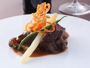 じっくり煮込んだとろける食感が魅力『牛ホホ肉赤ワイン煮込みシリア風』