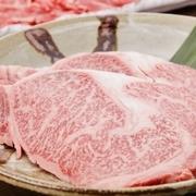 九州地方の和牛の王様と呼ばれる九州王。 トロトロな食感と濃厚な味わいA5霜降り九州王、自家製のすきやきだれで食べると脂の甘味が口いっぱいに広がり、深みのある味わいを楽しんで頂けます。