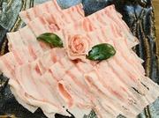 富士山の湧き水で育てた幻の豚「富士山湧水ポーク」 ミネラルたっぷりの湧き水で育てられた豚は口の中に入れた瞬間に深いうまみと甘味が広がり、絶品です。 自家製のポン酢や胡麻だれでお楽しみ下さい。