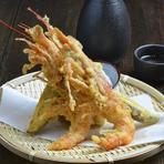 丸ごと揚げる大海老はミソが十二分に味わえ、食べ応えのある一品です。プリとした食感をお楽しみいただけます。美味しさが詰まった茂木野菜の天ぷらと一緒にどうぞ。