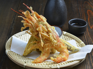 濃厚なミソがくせになる味わい『大海老と茂木野菜の天麩羅』
