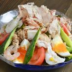 トマトやキュウリ、アスパラなど、契約農家の丸福農園をはじめ、地元の農家から届く朝採れの新鮮野菜を使用。素材の味を損なわないように、最小限の調味料で料理します。