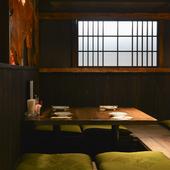木の温もりが心地良い和の空間で、美味しい料理とお酒を満喫